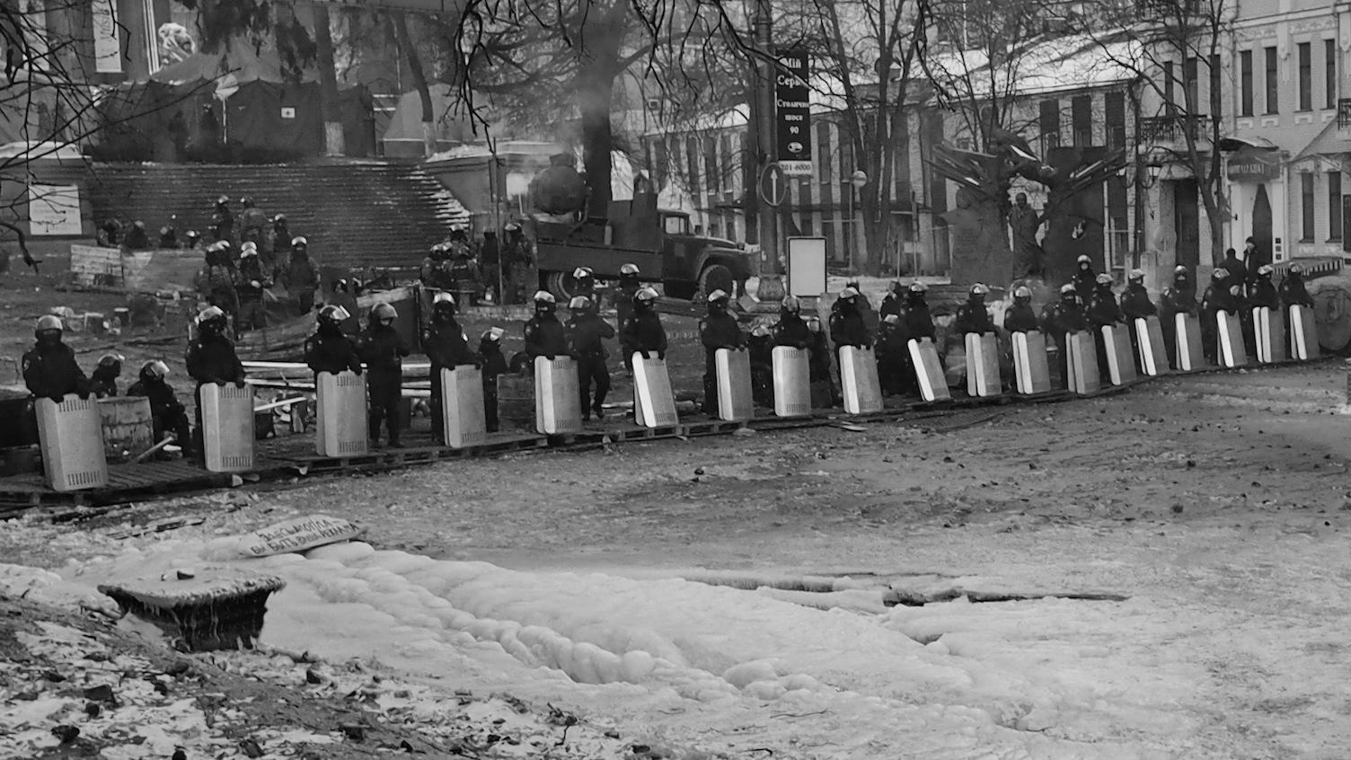 """""""Svět se dívá....."""" - svědectví z ulic Majdanu prostřednictvím reportážního fotografa Eugena Kukly"""